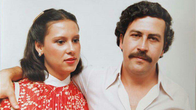 صورة عبارة عن بابلو اسكوبار و زوجته
