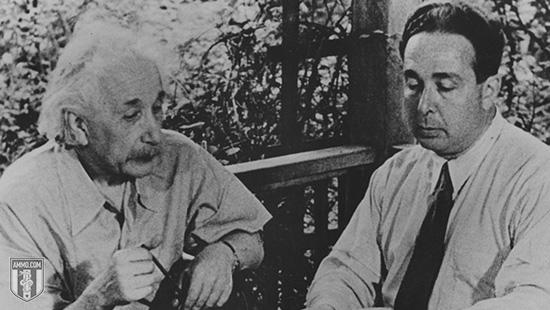 سازلاد الذي اقترح على اينشتاين  فكرة صناعة القنبلة النووية