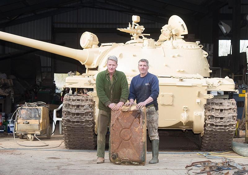 رجل وجد ذهب في دبابة