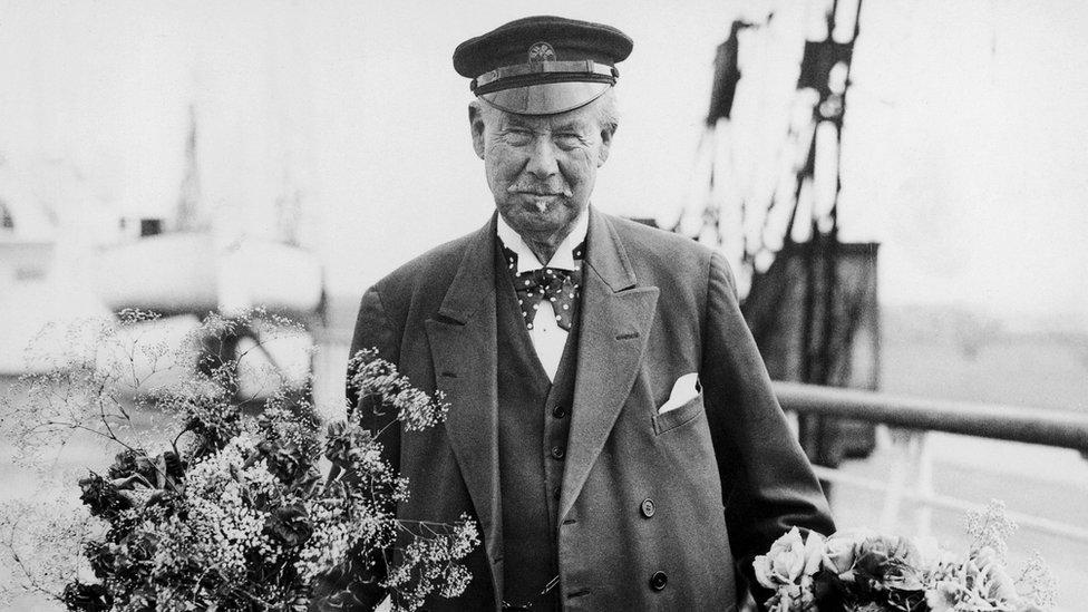 عمل ليبتون حمالا في الموانئ وعلى السفن لدرجة ارتبط بعالم السفن والابحار لبقية حياته
