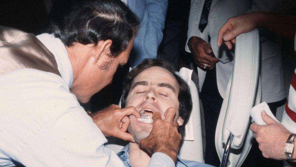 المحققين وهم يأخذون بصمات اسنان تيد بندي