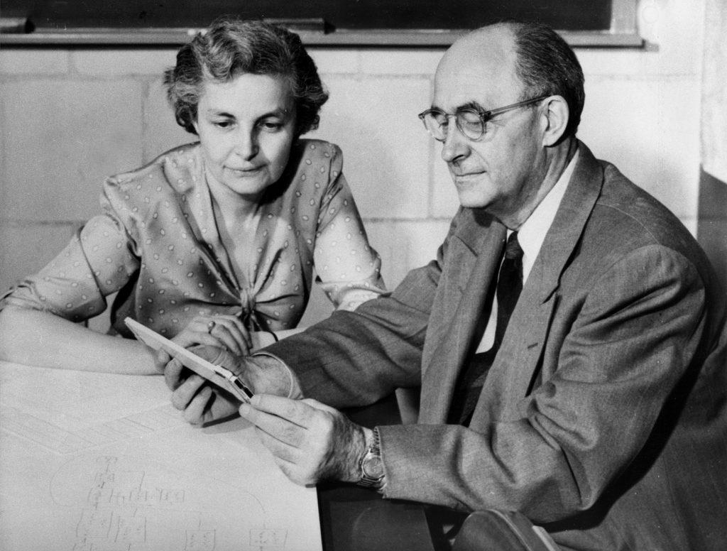 هرب انريكو فيرمي من ايطاليا مع زوجته لورا كابون بسببالحكم الفاشي