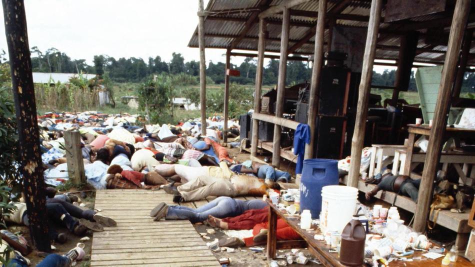 صورة لمشاهد الجثث بعد كارثة انتحار جماعي لأخوية معبد الشمس والتي مات فيها 74 شخص