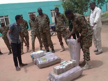العثور على 300 مليون دولار في منزل لعمر البشير الرئيس السوداني السابق والذي يحاكم الان بتهم الفساد بعد عزله سنة 2019