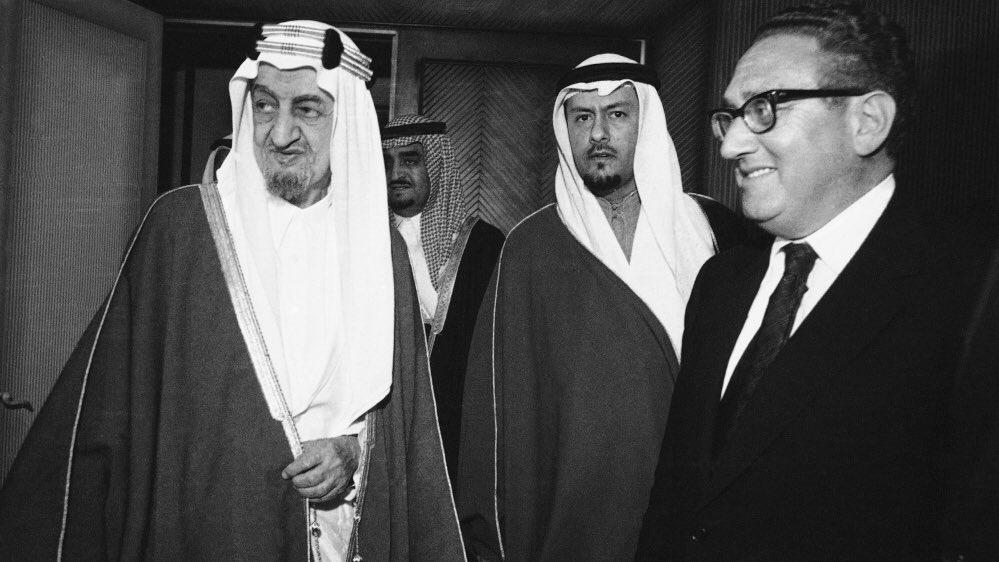يقول جون بيركنز في كتاب اعترافات قاتل اقتصادي ان خطوة السعودية على قطع البترول كانت اهم سبب لارسال القتلة الاقتصاديين للسعودية