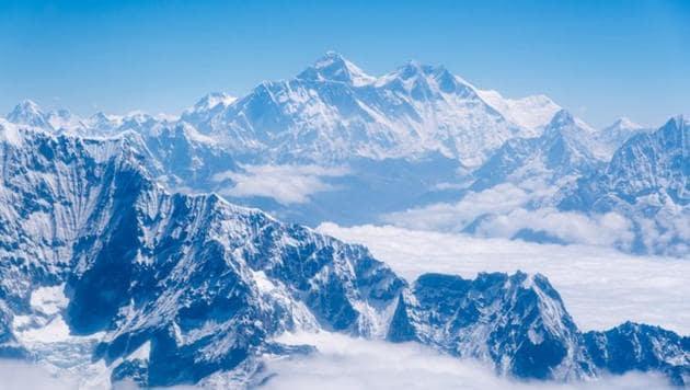 تضم جبال الهيمالايا أكبر قمة في العالم , وهي قمة جبل ايفريست