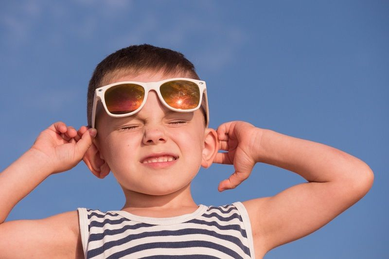 النهار على كوكبنا هو بسبب أن اشعة الشمسة عندما تصل للغلاف الجوي الارضي تتشتت وتنتشر في كل انحاء الجو على عكس الفضاء