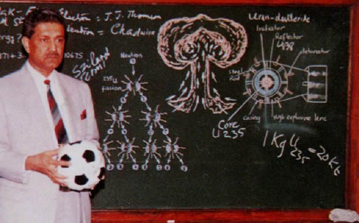 عبد القدير خان , يعتبر الاب الروحي للقنبلة النووية الباكستانية